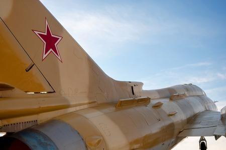 dans le ciel bleu chasseur-bombardier URSS 60-s, étoile rouge sur la queue de l'avion