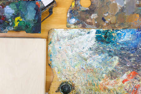 flatley top view on artist's objects palette for mixing paints and wooden surface 免版税图像