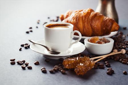 サクサクの焼きたてのクロワッサンと黒の背景、朝の朝食、選択と集中のコーヒー カップ 写真素材 - 40451204