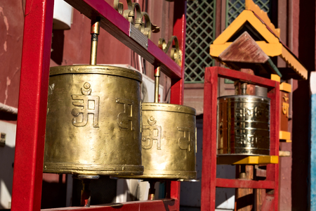 Prayer wheels at the Gandantegchinlen Monastery in Ulaanbaatar, Mongolia Imagens