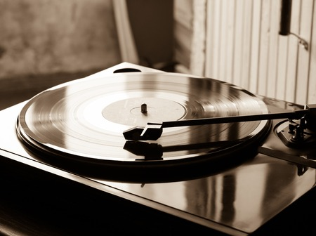 hi back: Vintage record player with vinyl disc, close-up.