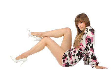 vestido corto: bonita chica rubia desnuda en las piernas vestido corto sentada aisladas en blanco Foto de archivo