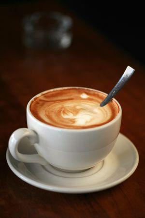 Koffie kop met melk op de tabel