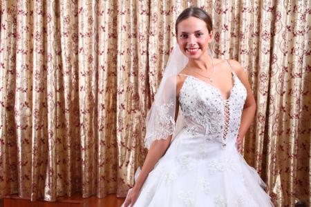 약혼녀: 고급스러운 약혼녀 슈퍼 흰색 웨딩 드레스를 보여줍니다 스톡 사진