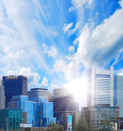 commercial real estate: edificio moderno con el sol, el cielo y las nubes