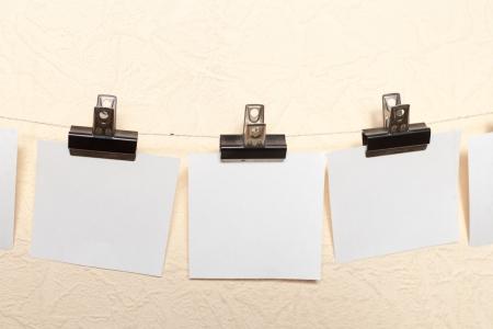anunciar: Etiqueta blanca anunciar foto dibujar pared de color beige
