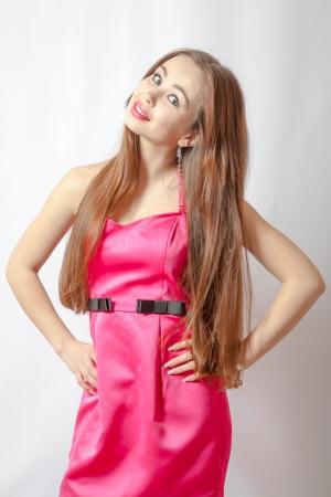 Torso de mujer rubia en vestido rosa posando photo