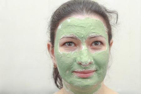 algas verdes: Mujer joven que aplica la m�scara facial de algas verdes