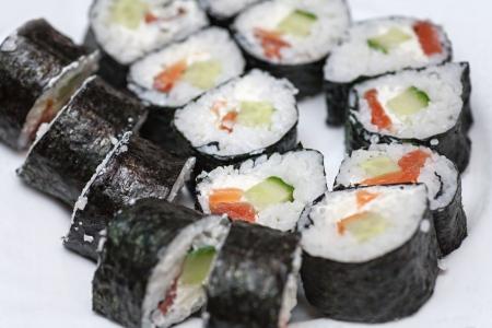 maki sushi: Maki Sushi - Roll faite d'anguille fum�e, fromage � la cr�me et l�gumes frits � l'int�rieur