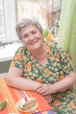 Portrait of a senior woman indoors smiling with pie Banque d'images