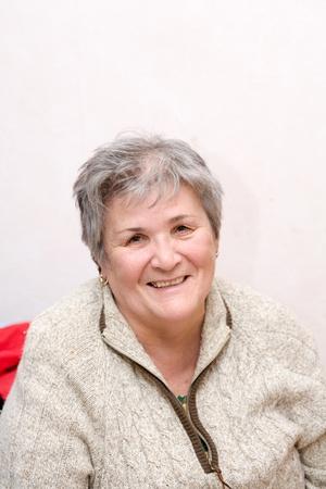 elderly pain: Ritratto di una donna senior interni Archivio Fotografico