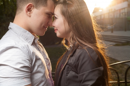 backlit: portret van een gepassioneerde paar in liefde kussen en omhelzen zonsondergang verlicht Stockfoto