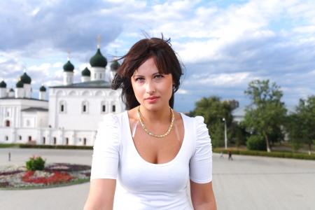 russian girls: Aire libre Retrato de calle de la hermosa joven morena sonriente ni�a