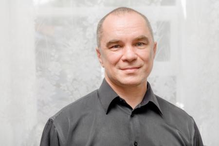 supervisores: Hermoso cauc?sica 40s Retrato de hombre sobre fondo gris sonriente con camisa negro