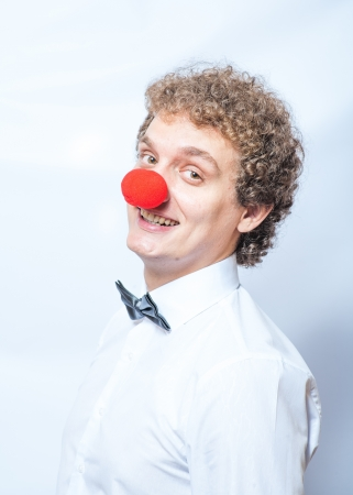 nez de clown: Dr�le d'affaires avec nez rouge de clown tourn� en studio. Concept ou une id�e des choses inhabituelles. Banque d'images