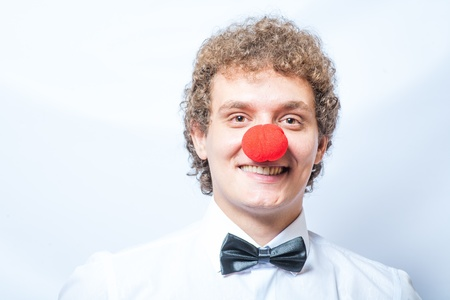 Dr�le �tudiant ou d'affaires avec un nez de clown rouge photo