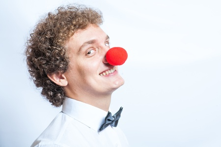 �tudiant ou d'affaires avec un nez de clown rouge et noeud papillon photo