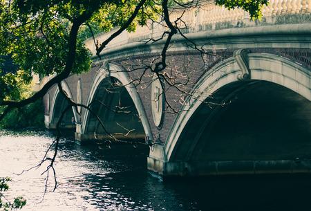 brige: Brige antigua sobre una imagen de agua coloreada