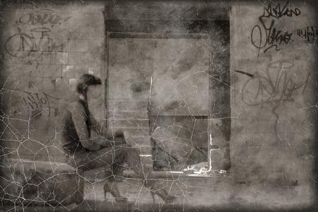 krottenwijk: Bekrast sepia getinte foto vrouwen zitten op de band in de sloppenwijk.