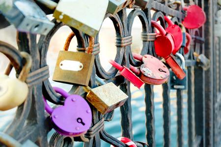 アストラハンに橋の上の結婚式ロック フェンスします。