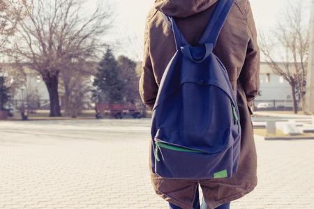 mochila viaje: Vista trasera de una ni�a inconformista carring mochila en la espalda, copyspace.