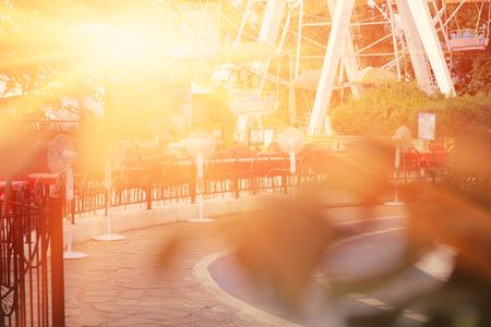 iluminado a contraluz: Parque de la ciudad a contraluz por puesta del sol.
