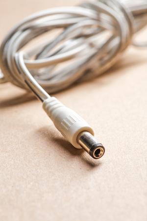 papel artesanal: Enchufe del adaptador de CA del ordenador port�til en papel marr�n del arte. Foto de archivo