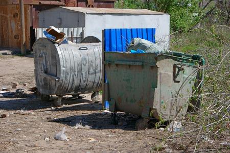 botes de basura: Ciudad latas de basura en el �rea de tugurios Foto de archivo