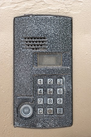 teclado num�rico: Electronic access control door box with numeric keypad closeup, weathered metal. Password code security keypad system protection in public building. Security intercom number keypad at apartment door.