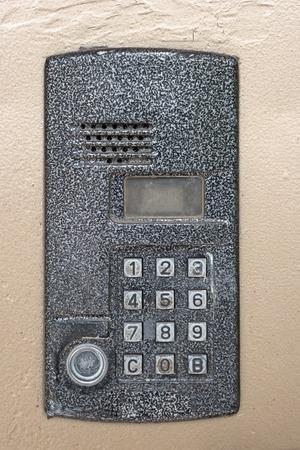 teclado numérico: quicio de la puerta de control de acceso electrónico con el teclado numérico primer plano, resistido metal. código de contraseña del sistema teclado de seguridad de protección de los edificios públicos. número de seguridad de intercomunicación teclado en la puerta del apartamento.