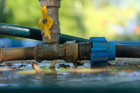 Water valve of the plastic pipe of garden watering system with copyspace Banque d'images