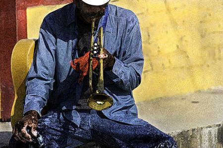 재즈 음악가 트럼펫 연주가 거리 예술가가 연주하기 위해 튜닝 중입니다.
