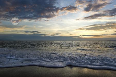 ビーチと月の雲の海の風景です。