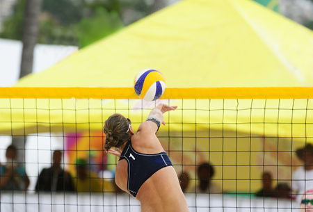 pelota de voley: jugador de voleibol es un jugador de pelota deportista femenina volea elev�ndose a la red para clavar el bal�n hacia abajo.