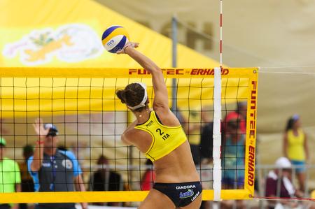 PUERTO VALLARTA, JALISCO, MEXICO de agosto de 10 a 2.015 profesionales de la FIVB partido de voleibol de playa para mujer del equipo italiano
