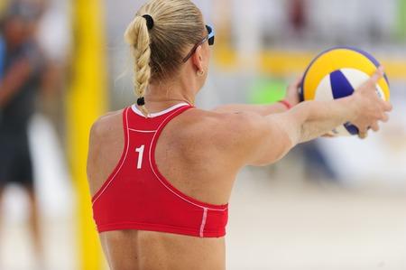 pelota de voley: Jugador de voleibol es un jugador de pelota deportista voley femenino preparándose para servir la pelota.