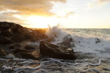 Le onde che si infrangono sono un paesaggio marino dell'oceano con un'ondata che si infrange contro una roccia che lancia l'acqua nell'aria. Archivio Fotografico - 60631665