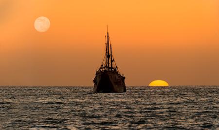 La siluetta della nave del tramonto dell'oceano è una vecchia nave di legno che si siede al mare che guarda il tramonto sull'orizzonte dell'oceano. Archivio Fotografico - 87337373