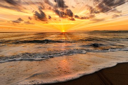 Il tramonto dell'oceano è un tramonto sull'oceano con raggi inspiranti che esplodono dal tramonto dell'oceano. Archivio Fotografico - 88546328