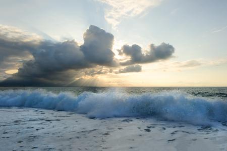 L'oceano del tramonto è un paesaggio marino panoramico sereno sulla spiaggia con il tramonto luminoso sull'orizzonte dell'oceano come acqua corsa alla riva. Archivio Fotografico - 90069056