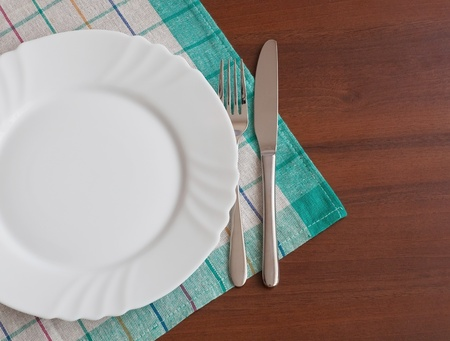 empty plate: Dining time. Plate with silverware on table