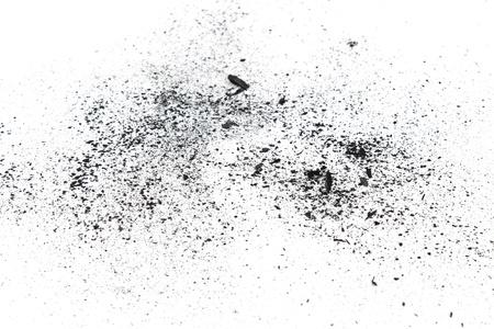 polvo: Pedazos de carbón vegetal de polvo en el fondo blanco