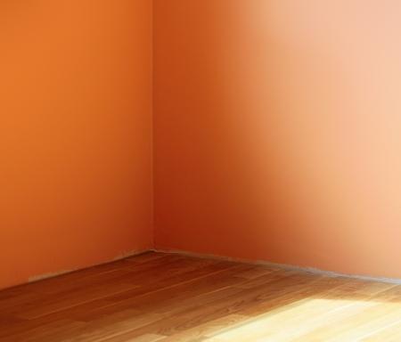 adn: Naranja pared con madera clara ADN suelo desde la ventana