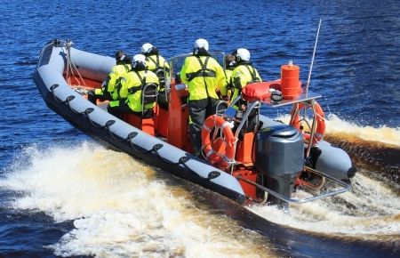 Sauvetage en mer sur le bateau de gomme