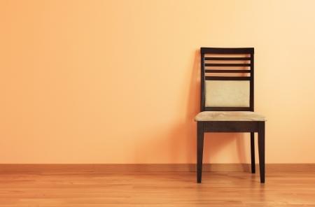 silla de madera: Presidente de la habitaci�n con piso de madera