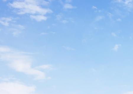 ciel avec nuages: Surface de ciel blanc avec des petits nuages Banque d'images