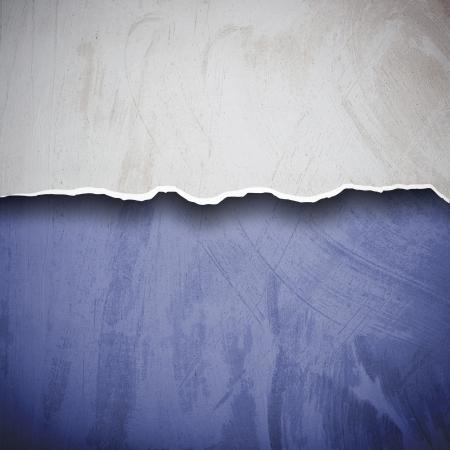 背景の漆喰壁の表面を引き裂かれました。