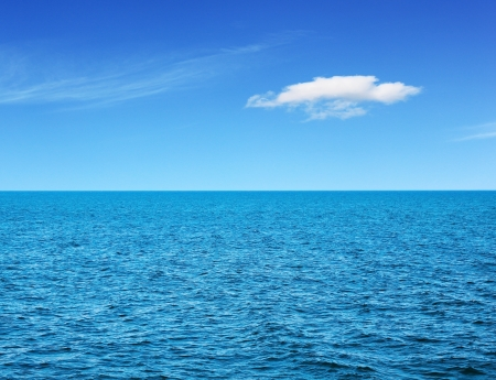 horizon reflection: Ocean view in sunny summer day