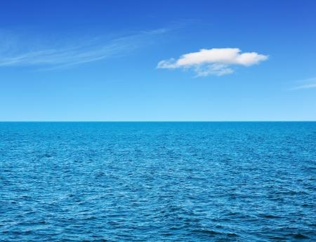 cielo y mar: Vista al mar en d�a de verano soleado