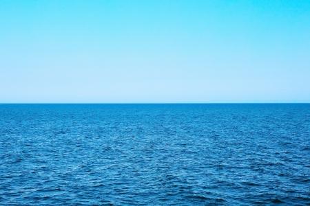 cielo despejado: Vista al mar en día de verano soleado
